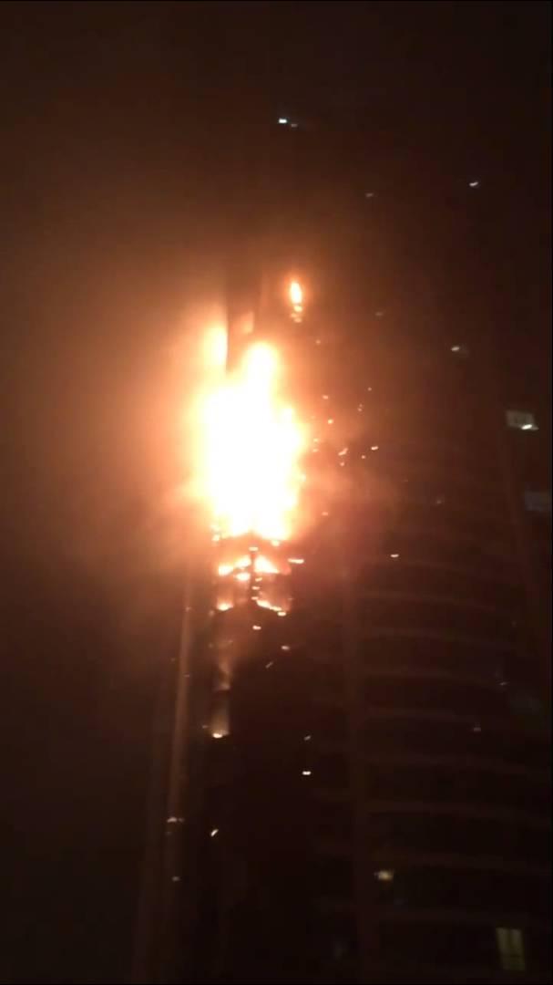 Enorme incêndio no mais alto edifício residencial do mundo, a Torch Tower no Dubai